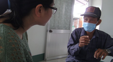 Dinh Thi Nhung interviews a TB patient in Vietnam, Woolcock Institute of Medical Research, University of Sydney. Photo by Paul H. Mason (2014).